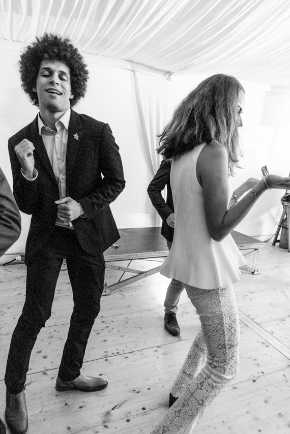 Les mariés dansent sur la piste