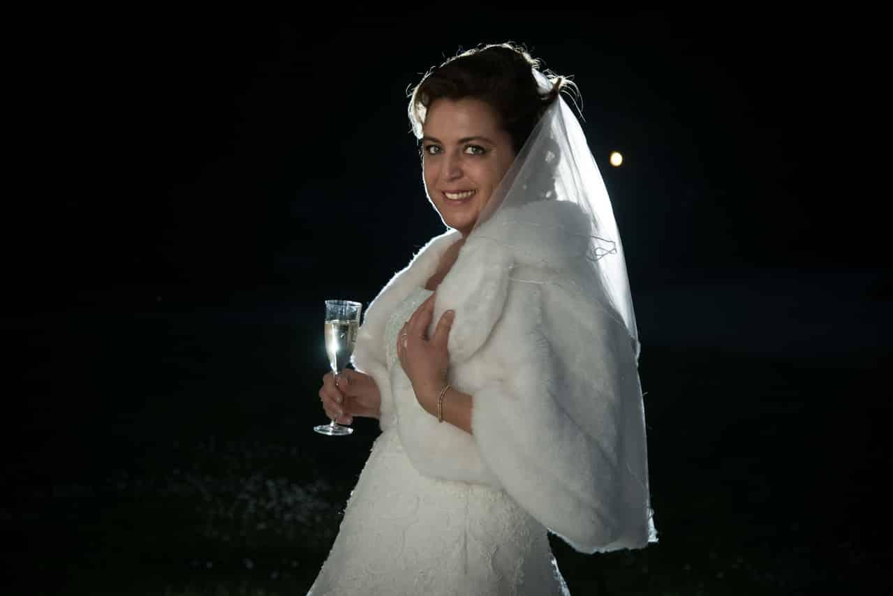 Portait de mariée avec sa belle robe blanche et son voile