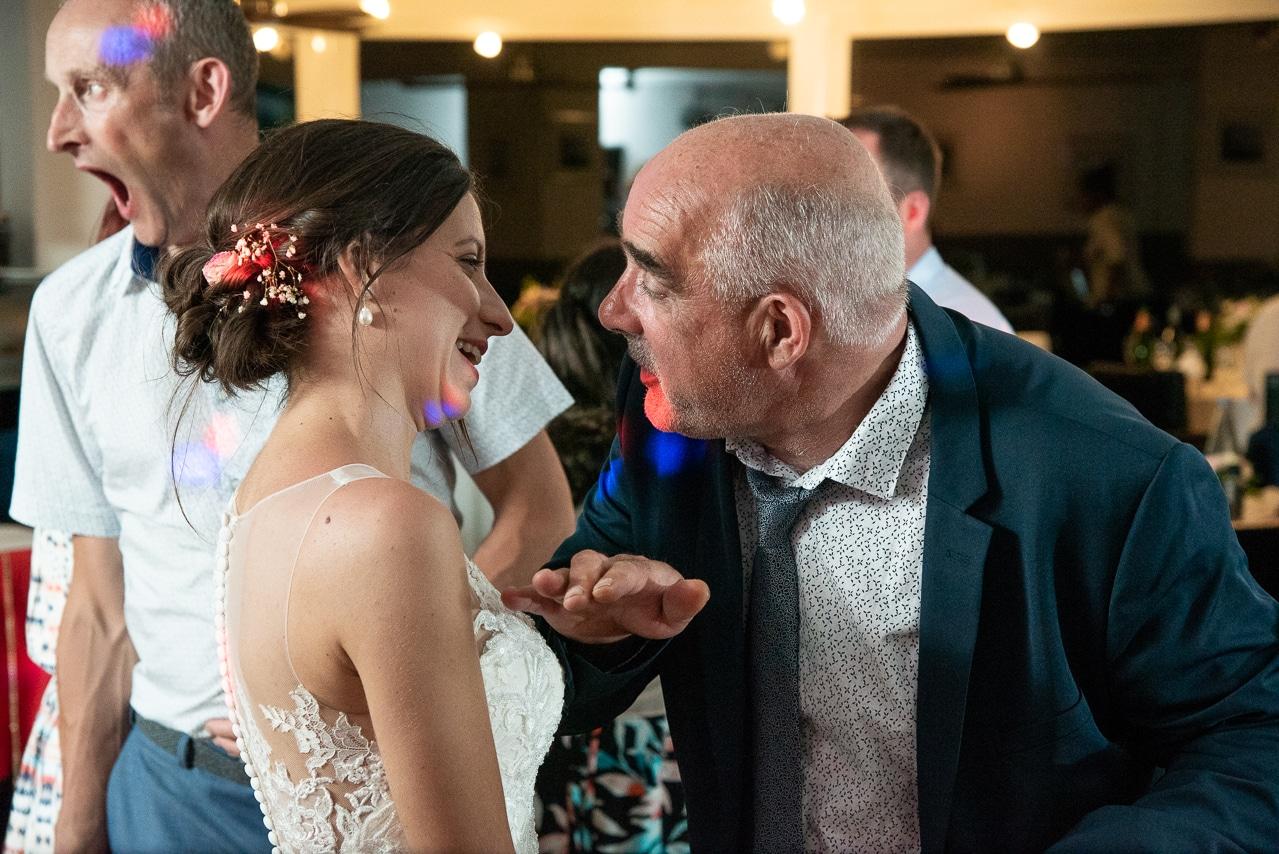 La marié et un invité sur la piste de danse