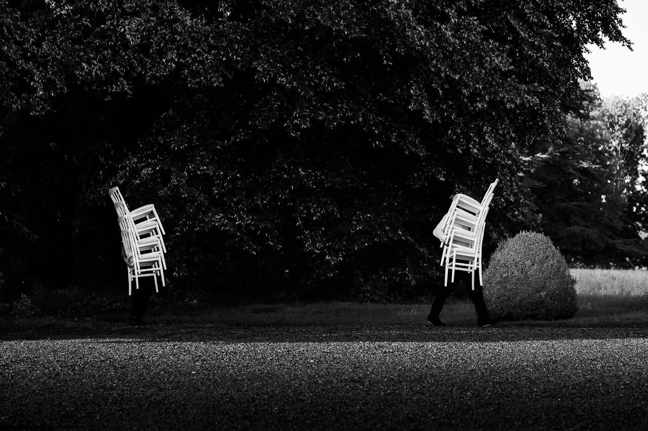 Deux invités et des chaises