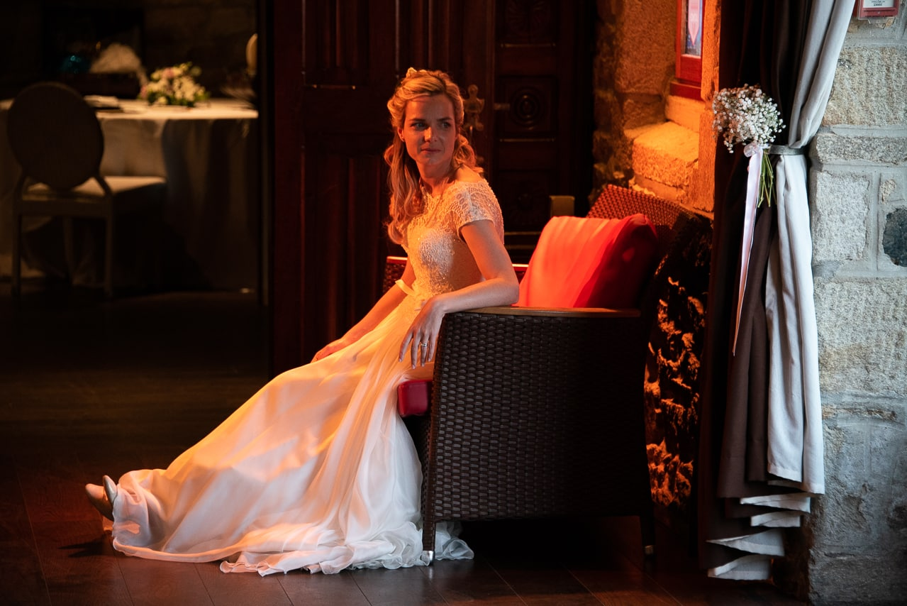 Mariée assise avec sa magnifique robe blanche