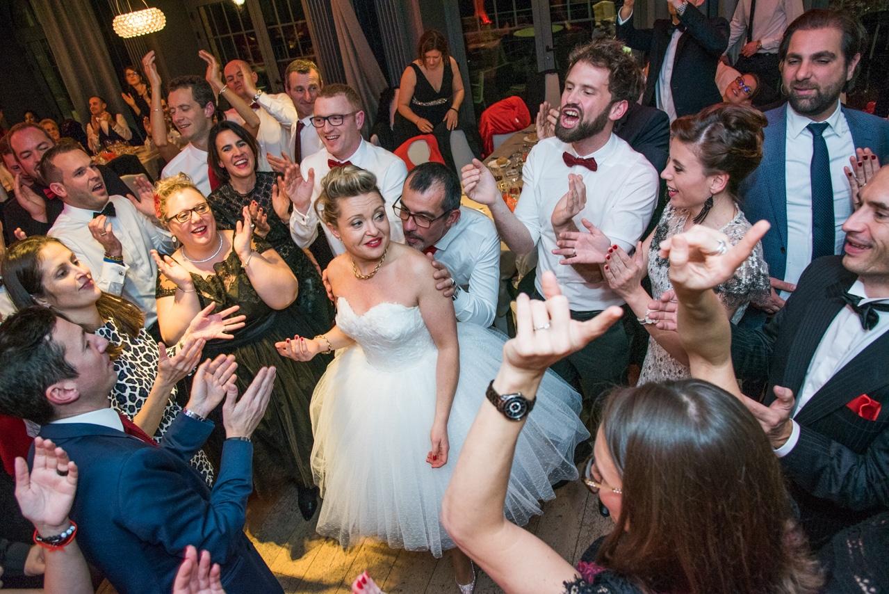 Les mariés et tous leurs convives sur la piste de danse