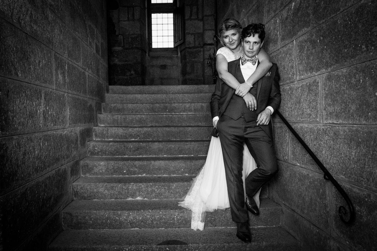 Mariés à l'intérieur d'un monument en pierre