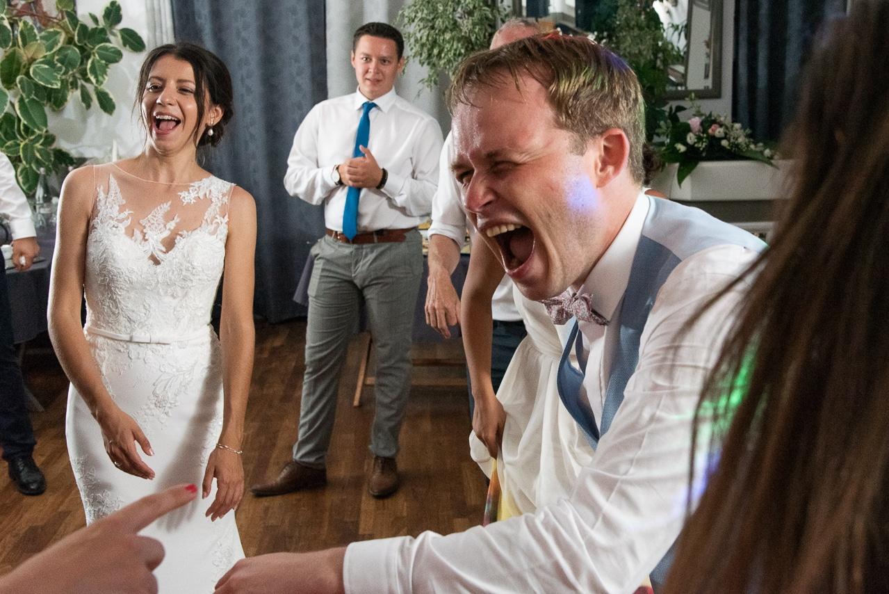 Les mariés se déchainent sur la piste de danse