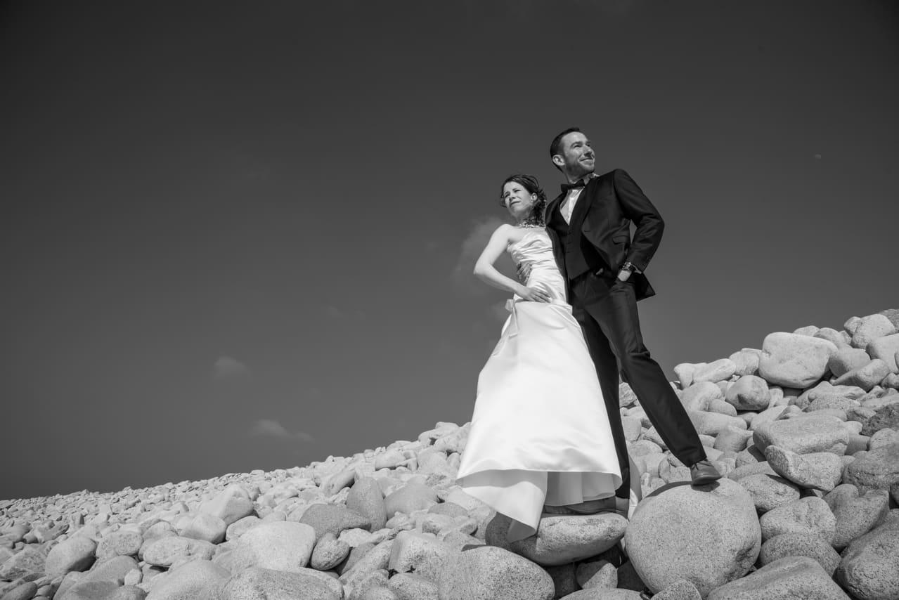 Mariés en bord de mer sur des galets