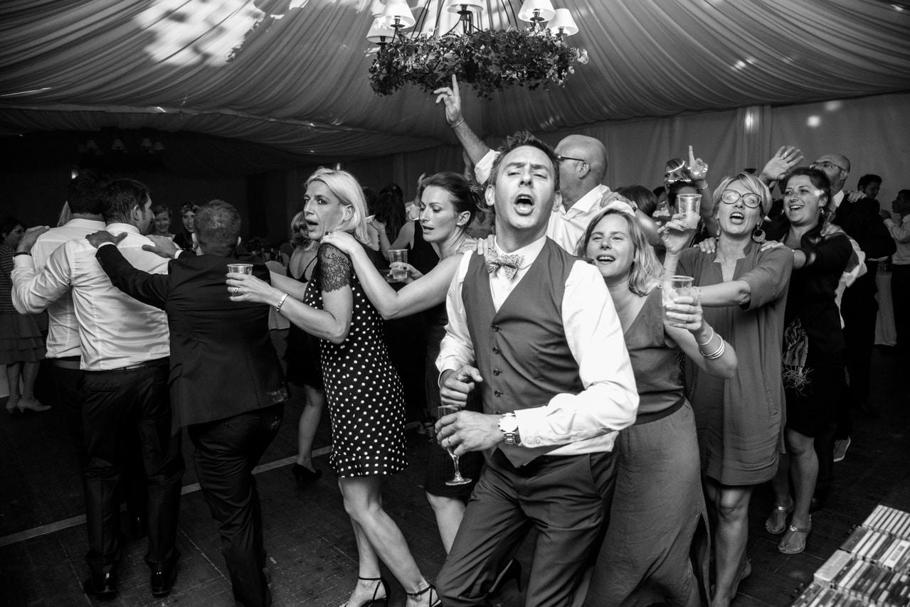 Les invités du mariage sur la piste de danse