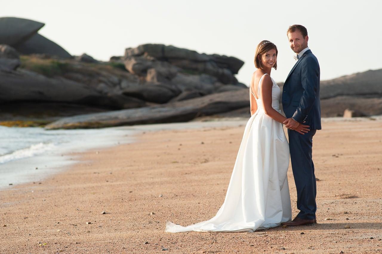 Mariés sur une plage de sable
