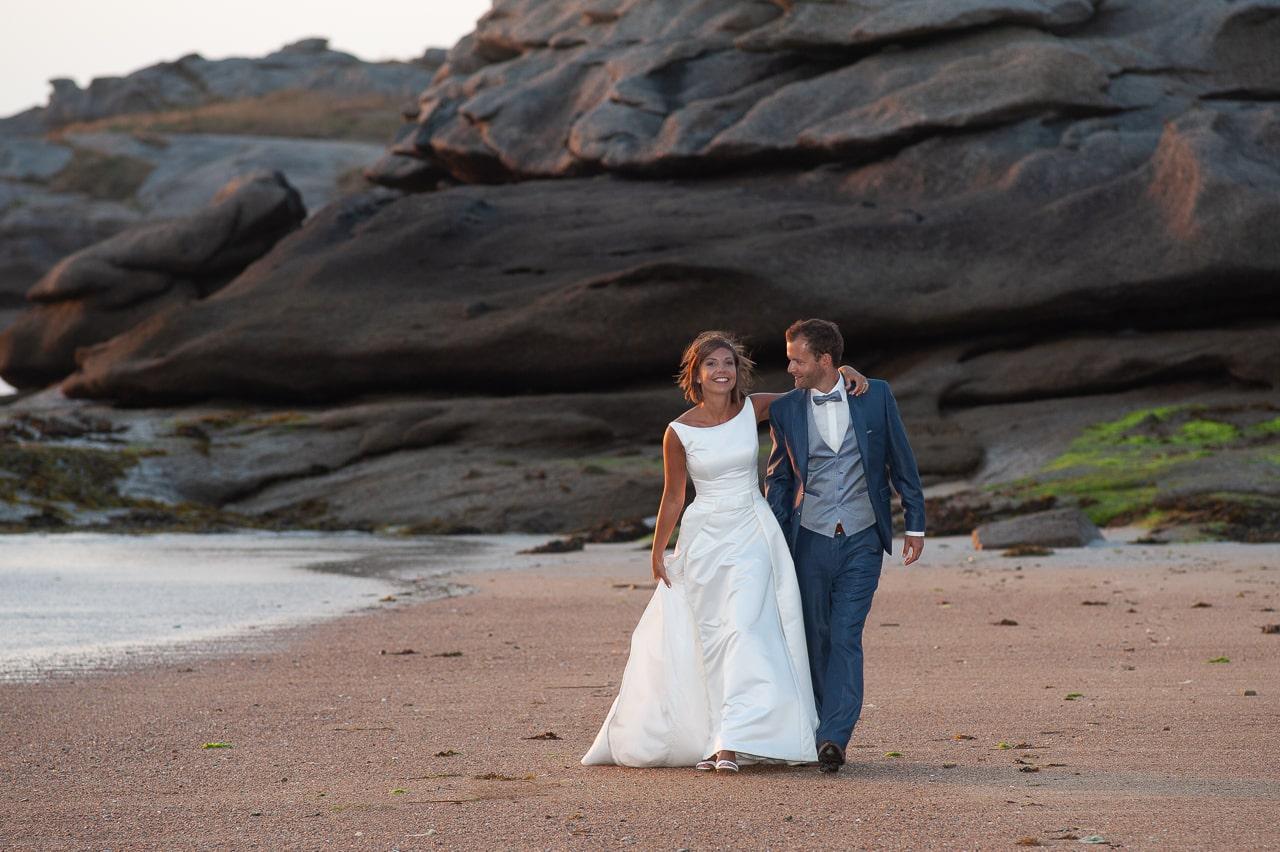 Mariés sur le sable avec coucher de soleil