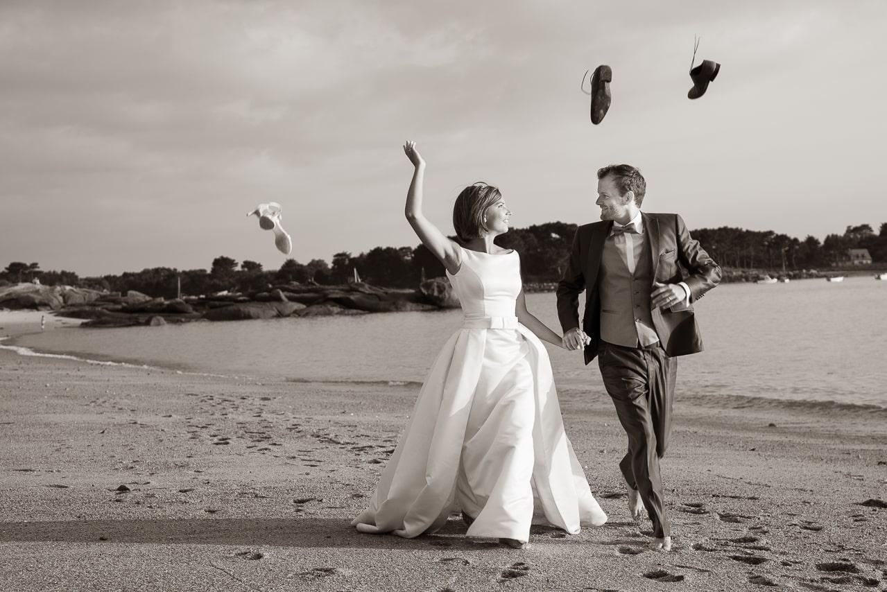 Portrait de mariés en noir et blanc sur la plage