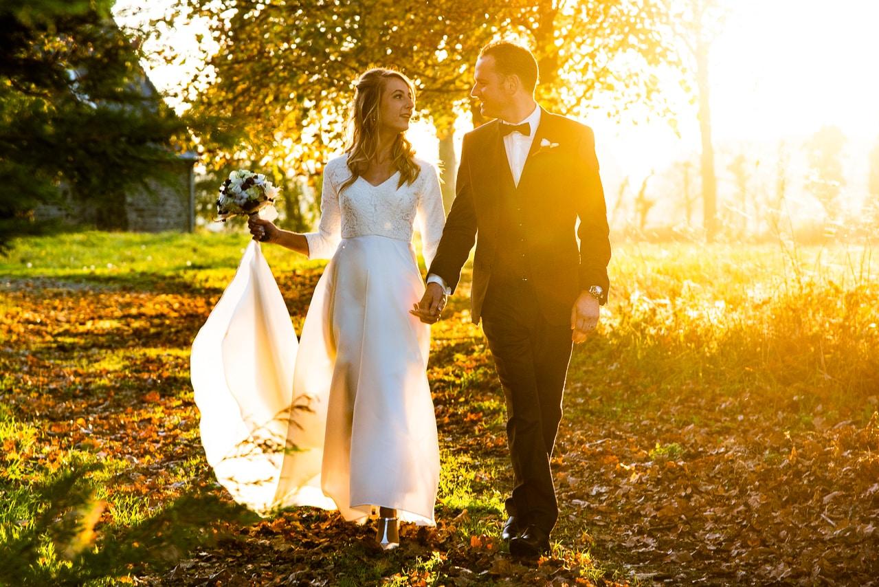 Mariés dans la nature avec un magnifique coucher de soleil