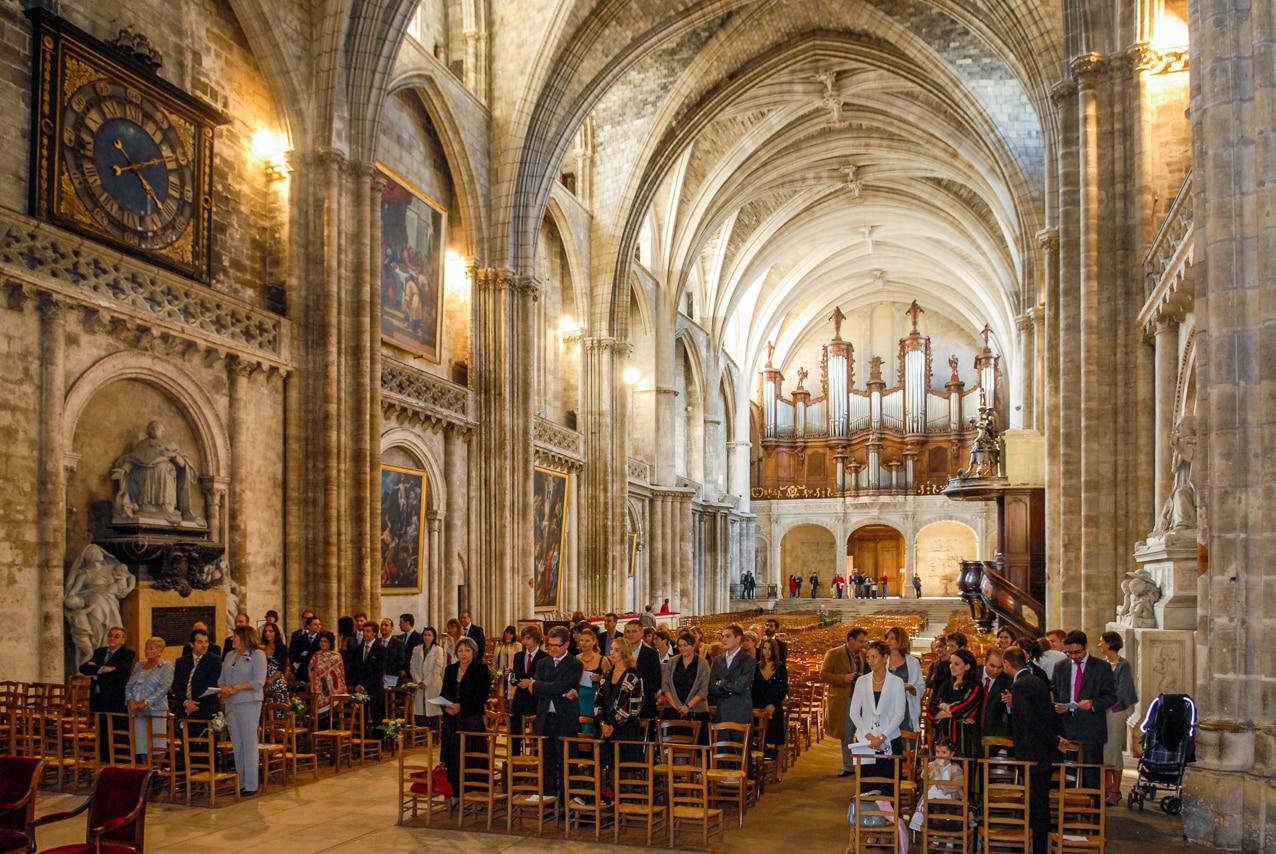 Les convives dans l'église