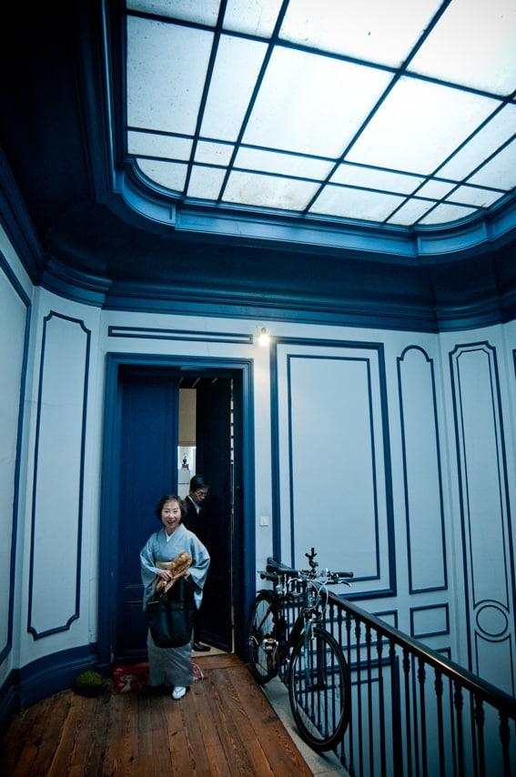 La mère de la mariée dans un couloir