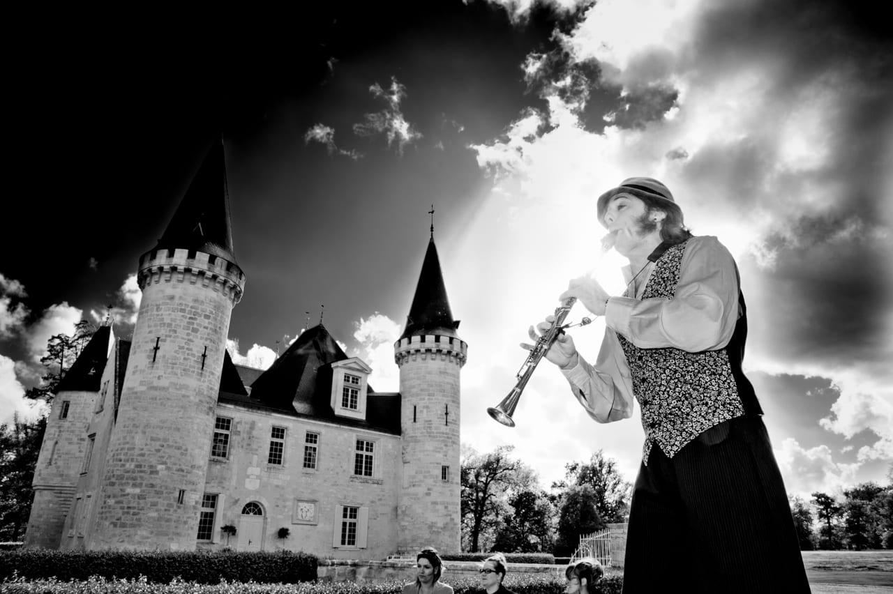 Musicien devant le château