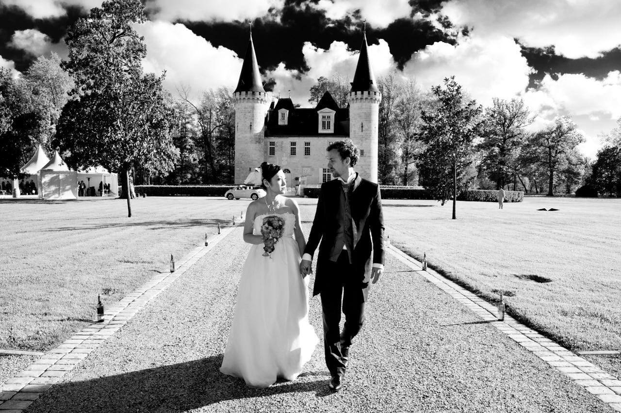 Les mariés devant le château d'Agassac
