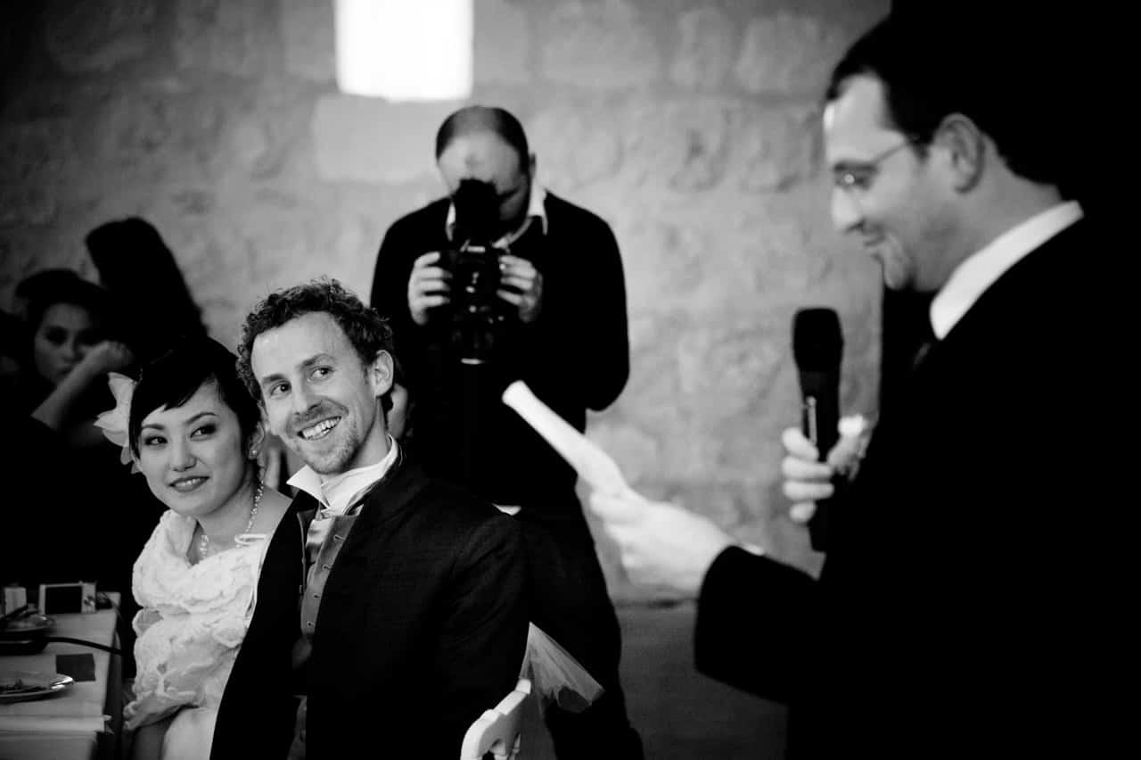 Les mariés lors du discours d'un convive