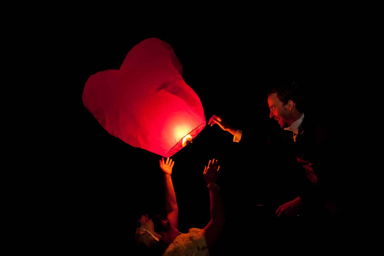 Les mariés avec leur lanterne volante