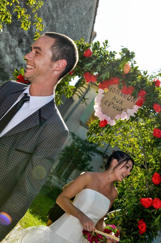 Mariés dans un jardin
