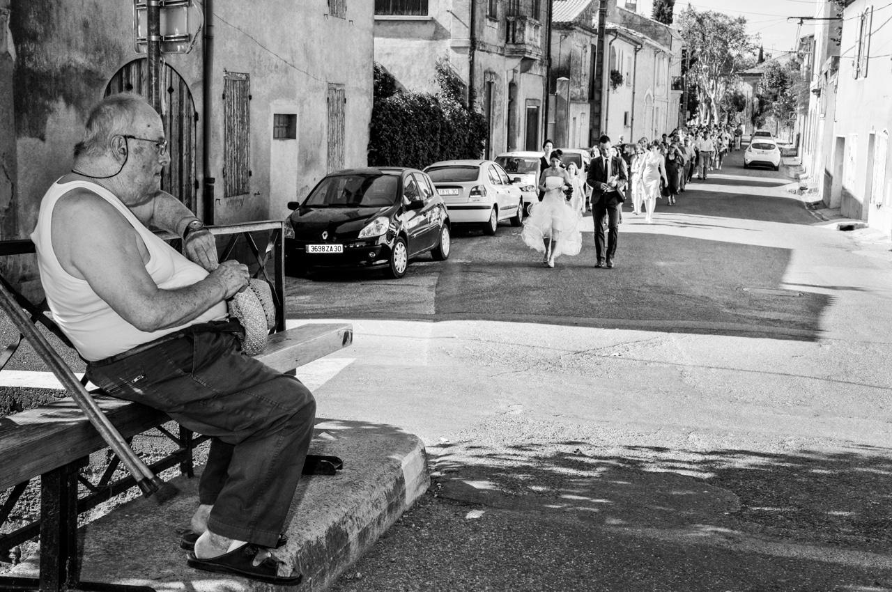 Mariés et leurs convives dans la rue