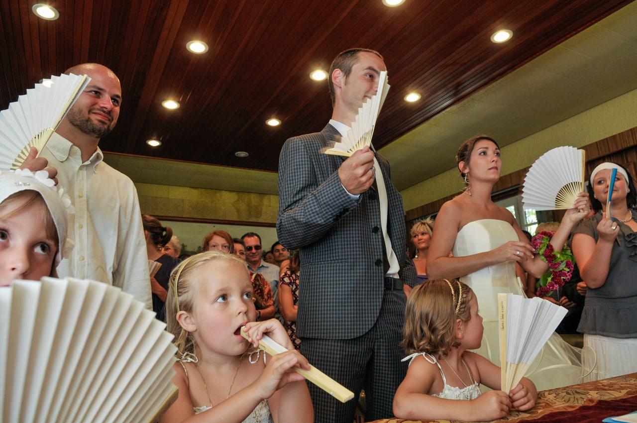 Mariés entourés de leurs convives dans  la mairie
