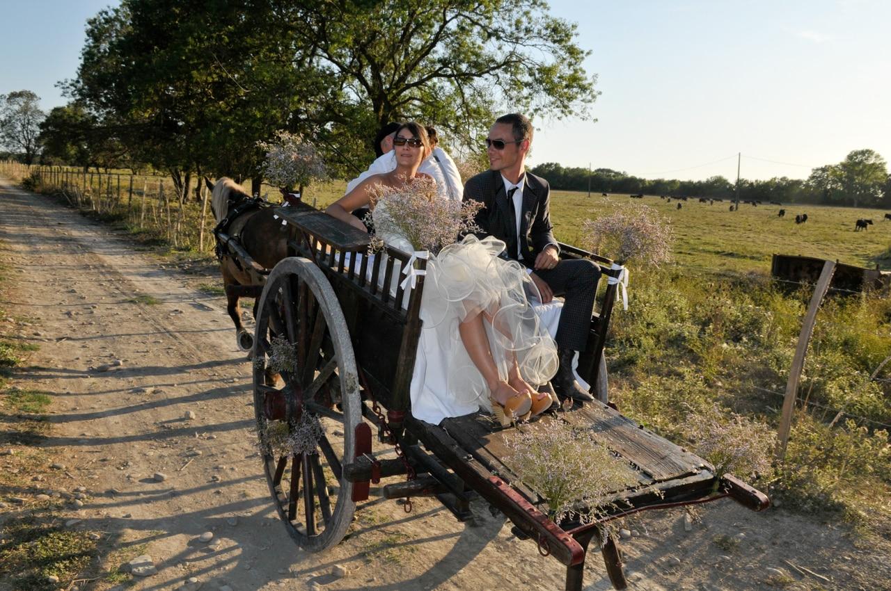 Mariés à l'arrière d'une calèche