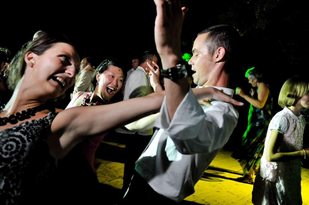Marié dansant avec les invités du  mariage