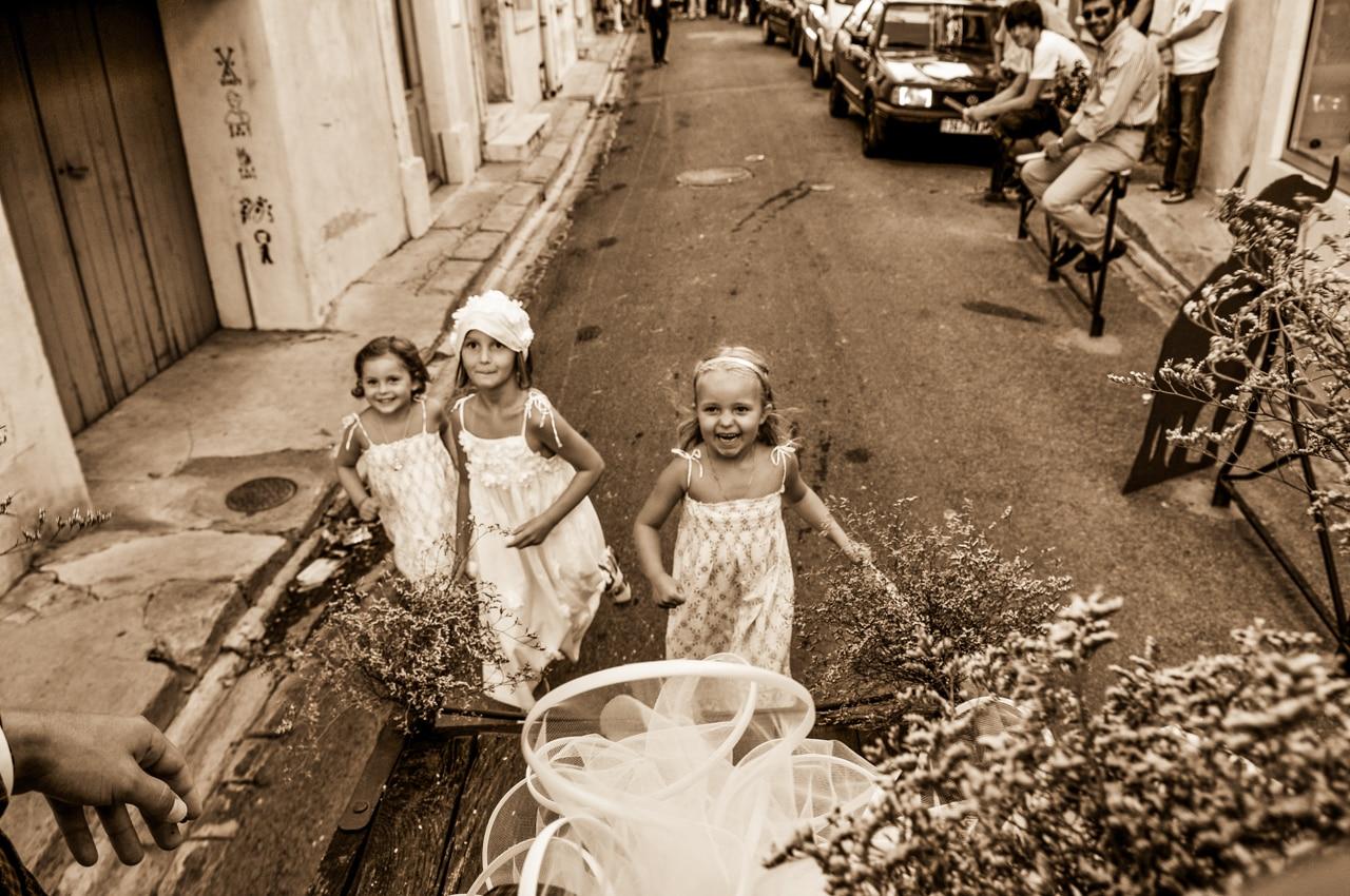 Petites filles courant après une calèche