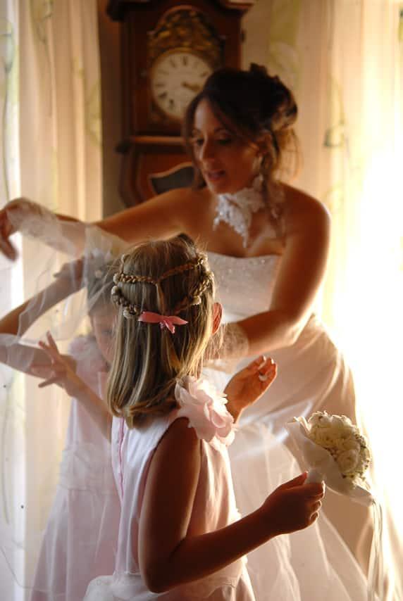 La mariée et des jeunes filles
