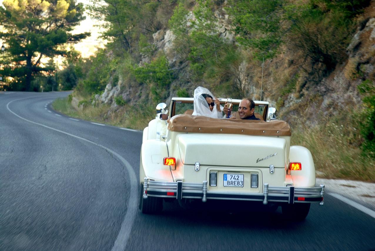 Mariés dans leur voiture ancienne