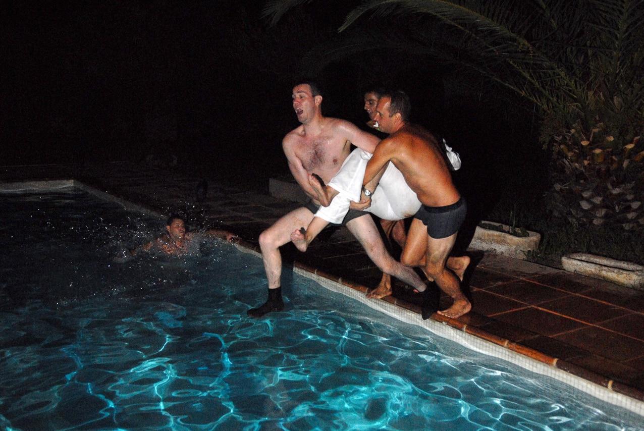 Marié et ses amis dans une piscine