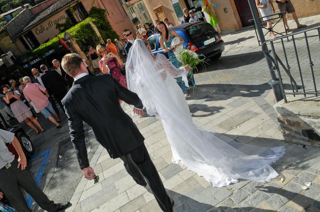 Mariés en ville devant les convives