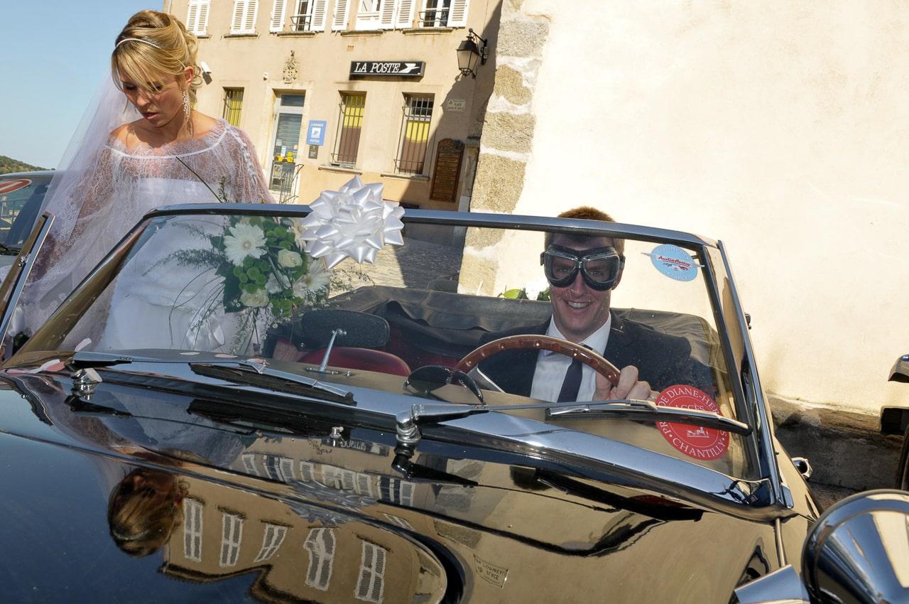 Mariés dans une magnifique voiture