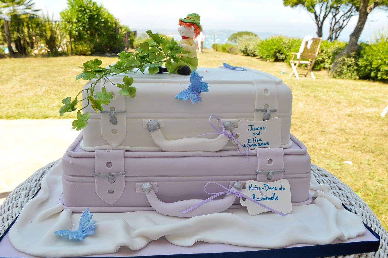 Gâteau de mariage grandiose blanc et bleu