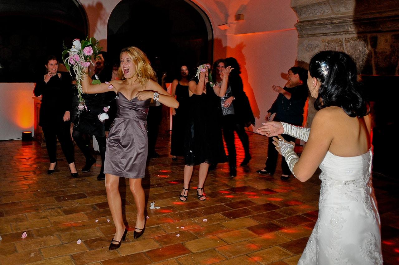 Mariée et une invitée du mariage sur la piste de danse