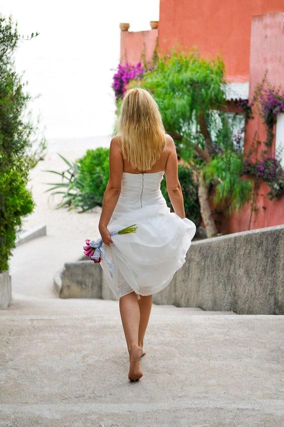 Mariée et son élégante robe blanche dans la rue