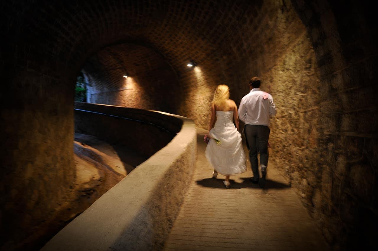 Mariés sous un passage en pierre