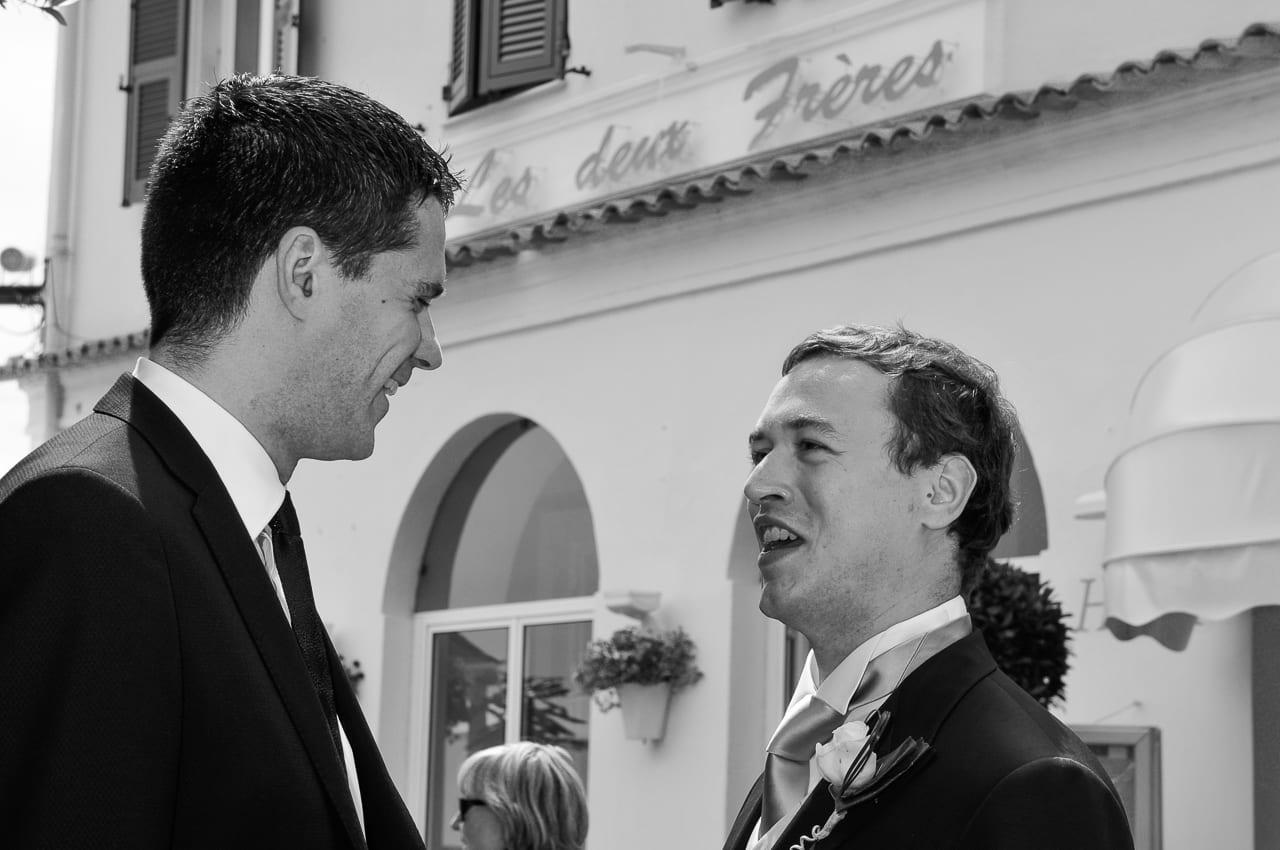 Marié riant avec un convive