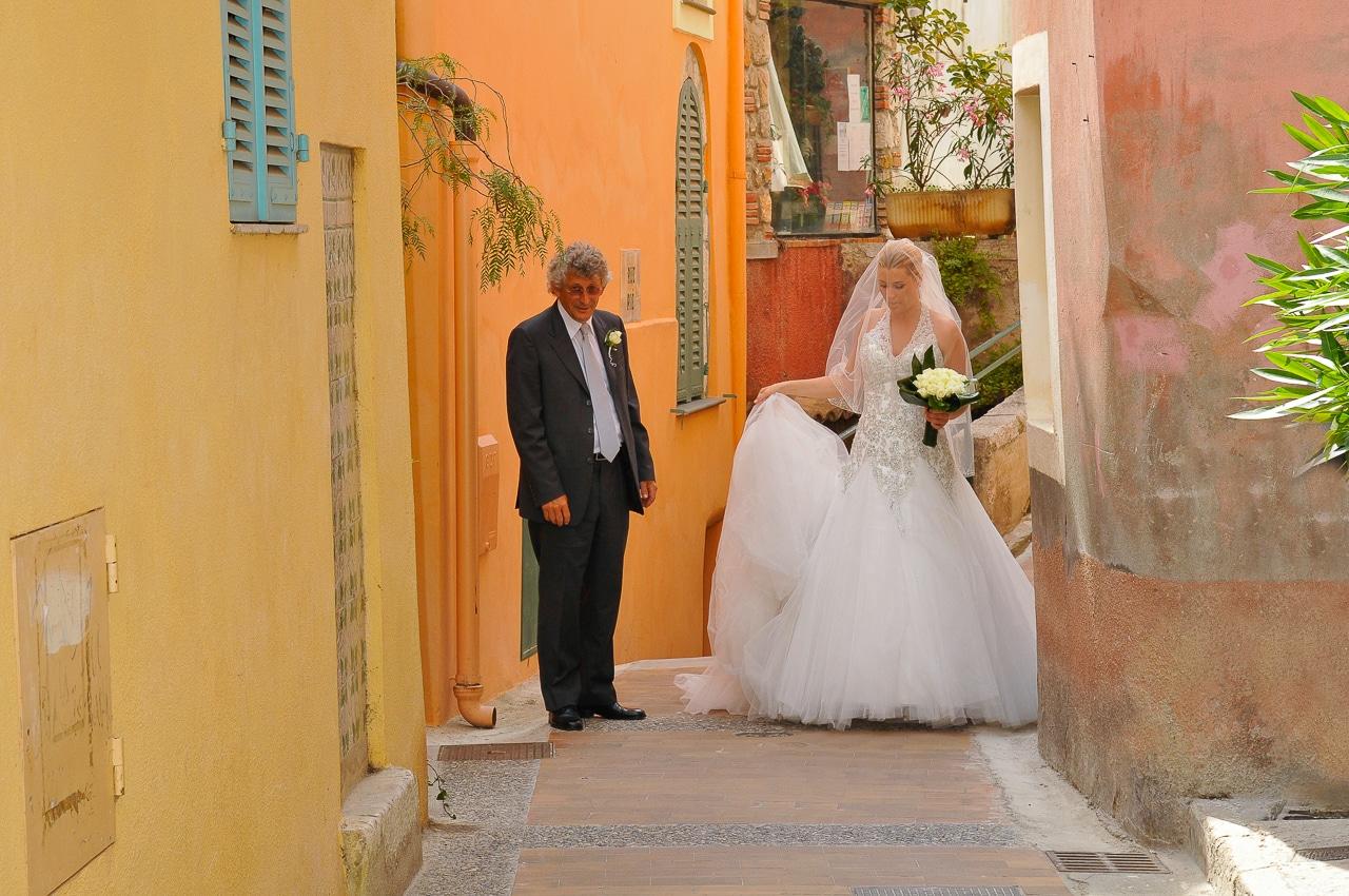 Mariée accompagnée de son père