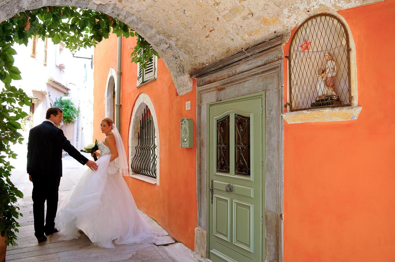 Mariés main dans la main dans la rue