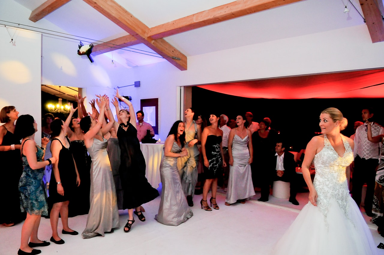 La mariée lance son bouquet à ses amies